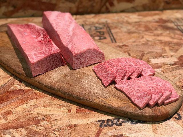 近江丸富精肉店です。...綺麗なサシがはいった三角バラだったので思わず写真を撮ってしまいました。..A5オリーブ牛三角バラ100g899円です。本日もお待ち致しております。.....#丸富精肉店#肉の丸富#精肉店#京都#滋賀#大阪#THEBUTCHERSHOP#butcher#焼肉まる富#肉#肉スタグラム#焼肉#BBQ#instafood#黒毛和牛#wagyu#佐賀牛#三郎牛#知多牛#あか牛#熊本あか牛#オリーブ牛#一頭買い#バーベキュー#三角バラ