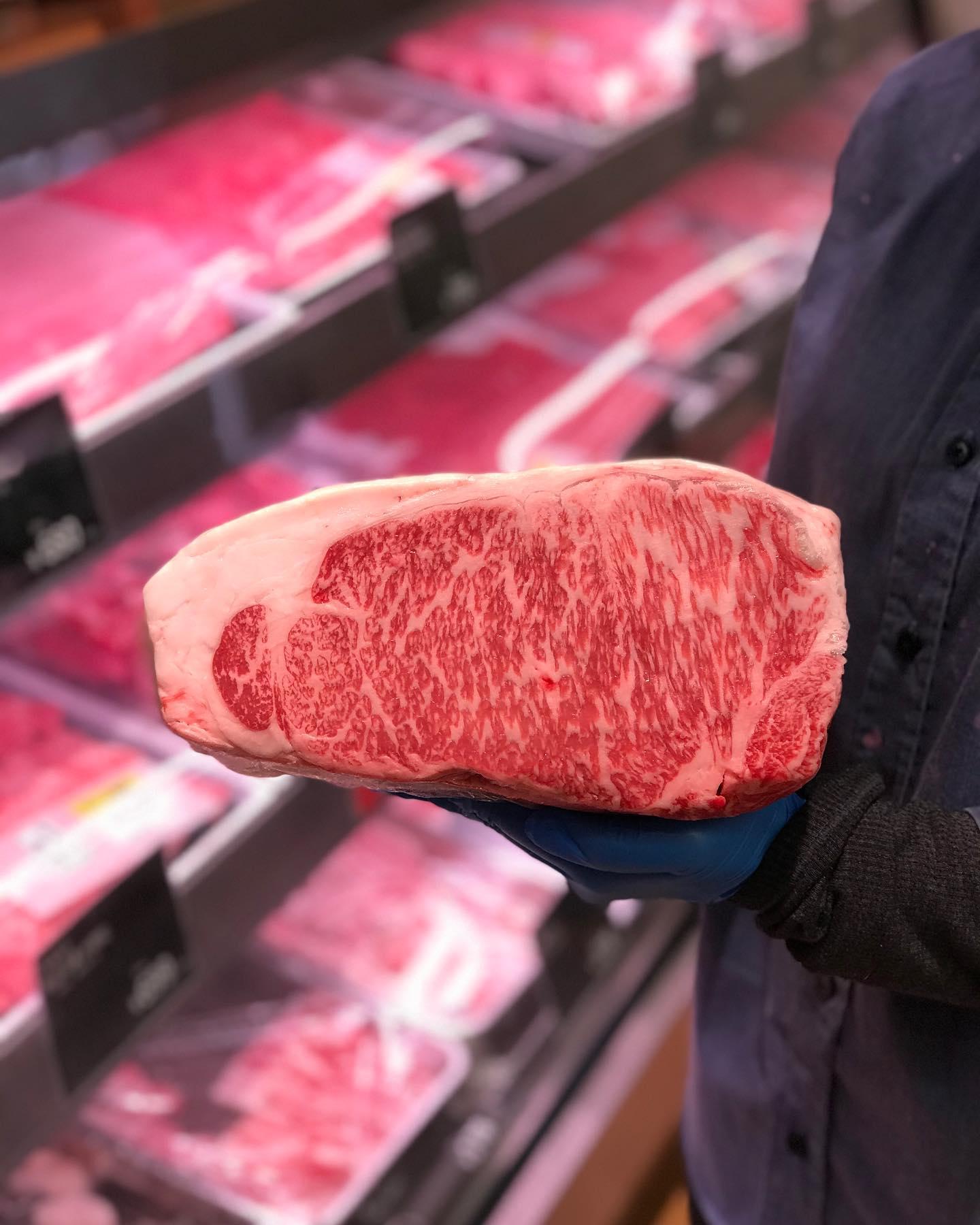 .【熊本 あか牛🐂】丸富精肉店ではあか牛も一頭買いしています。あか牛(褐毛和種)は希少な牛の一種で取り扱い店舗も少ないです。最近ではTVで特集されることも多くなり今一番話題の和牛といってもいいでしょう。その話題の理由としていえるのは赤身肉ブームだからです。霜降り肉はもちろん美味しいのですが、しっかりとした和牛の味が味わえてなおかつヘルシーなので量も食べれます。当店でも人気の部位は金曜日に完売してしまいます。気になる方は毎週末の金曜日にお越しください。特にフィレステーキは一瞬で売り切れます!.....#丸富精肉店#肉の丸富#焼肉まる富#精肉店#お肉屋さん#焼肉#すき焼き#バーベキュー#bbq#butcher#肉#お肉#肉スタグラム#instafood#黒毛和牛#wagyu#佐賀牛#三郎牛#知多牛#あか牛#熊本あか牛#オリーブ牛#一頭買い #褐毛和種#サーロイン#サーロインステーキ
