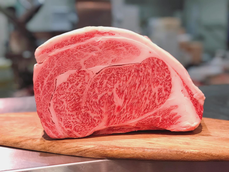 .今週末の黒毛和牛はA5ランクの【オリーブ牛】です。写真のリブロースはすき焼き用、ステーキ用どちらのご用意もさせていただいています。.....#丸富精肉店#肉の丸富#焼肉まる富#精肉店#お肉屋さん#焼肉#すき焼き#バーベキュー#bbq#butcher#肉#お肉#肉スタグラム#instafood#黒毛和牛#wagyu#佐賀牛#三郎牛#知多牛#あか牛#熊本あか牛#オリーブ牛#一頭買い #リブロース
